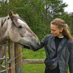 Cecilie og en hest, Kingussie, Skotland